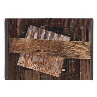 Subido encima de ventana de madera vieja de la funda para iPad mini