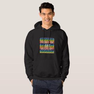 Sudadera con capucha negra en apoyo del LGBT+
