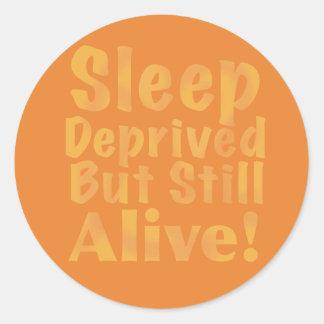 Sueño privado pero aún vivo en amarillo pegatina redonda