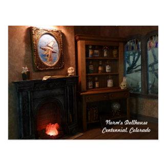 Sueños minúsculos en una casa miniatura de la postal