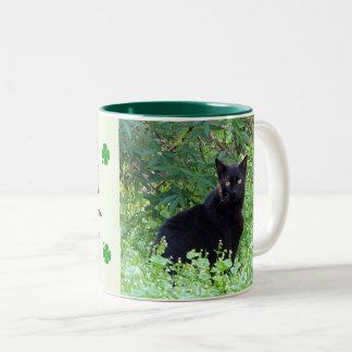 Suerte del gato negro de la taza irlandesa