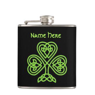 Suerte del trébol céltico irlandés del nudo petaca
