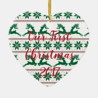Suéter feo nuestro primer ornamento del navidad