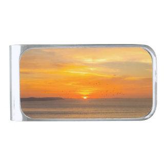 Sujeta Billetes Plateado Costa de la puesta del sol con Sun anaranjado y