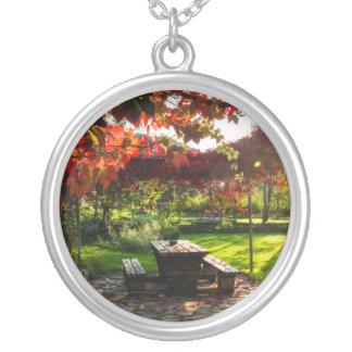 Sun a través de las hojas de otoño, Croacia Collar Plateado