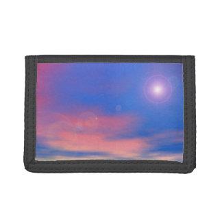 Sun en el fondo del cielo de la puesta del sol -