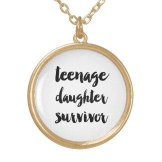 Superviviente de la hija adolescente colgante redondo