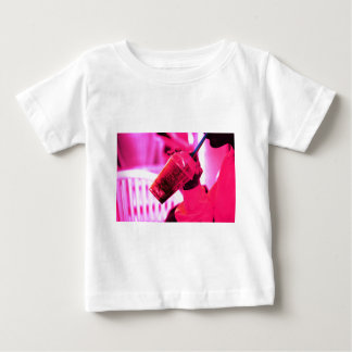 Surreal image of young woman drinking ice drink wi camisetas