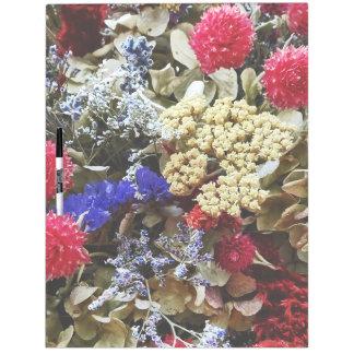 Surtido de flores secadas pizarra blanca