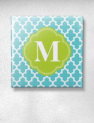 Echa un vistazo a la colección de imanes con monogramas y personaliza el tuyo por color, diseño o estilo.