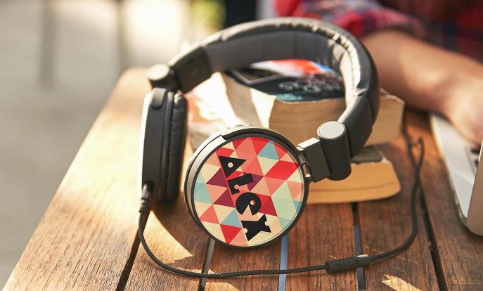 Echa un vistazo a los auriculares de Zazzle y personalízalos con tu propio texto, diseño o fotos.