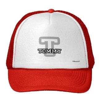T está para Tommy Gorras