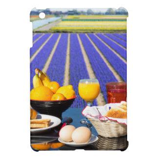 Tabla con la comida y bebida cerca del campo de
