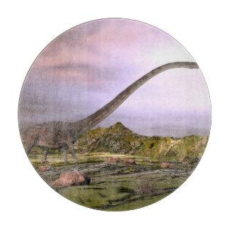 Tabla De Cortar Omeisaurus que camina en el desierto por puesta