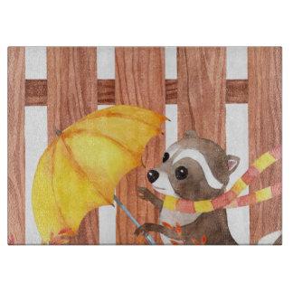 Tabla De Cortar racoon con el paraguas que camina por la cerca