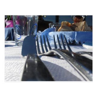 Tabla del almuerzo que fija al aire libre en postal