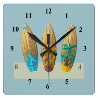 Tablas hawaianas en la arena reloj cuadrado