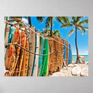 Tablas hawaianas en la playa de Waikiki, Hawaii Póster