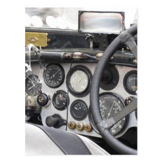 Tablero de instrumentos del coche deportivo postal