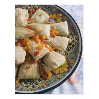 Tamales en la placa decorativa postal