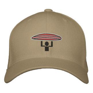 Tapa de la travesía de la persona que practica gorra de béisbol bordada