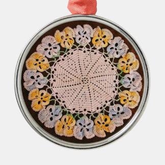 Tapetito del ganchillo del vintage del ornamento, adorno redondo plateado