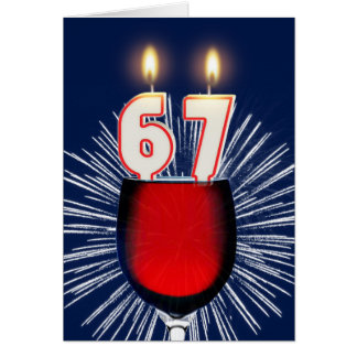 Tarjeta 67.o Cumpleaños con el vino y las velas