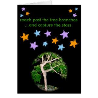 Tarjeta Alcance más allá de las ramas de árbol…