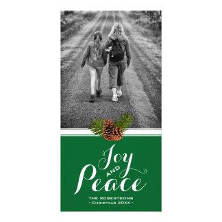 Tarjeta Alegría y paz verdes del marco de Pinecone de la