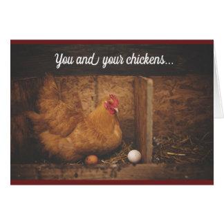 Tarjeta Ame la gallina de los pollos que piensa en usted