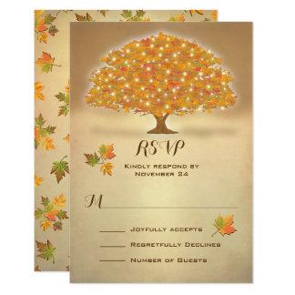 Tarjeta Árbol rústico RSVP del otoño con las luces del