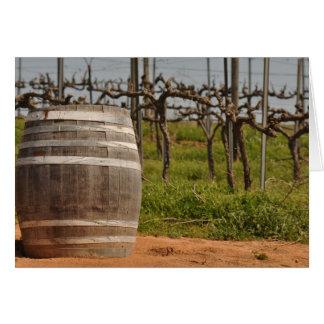 Tarjeta Barril de vino y viñedo en la primavera