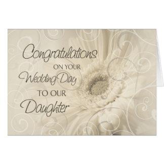 Tarjeta beige de la enhorabuena del boda de la hij
