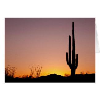 Tarjeta Cactus del Saguaro en la puesta del sol
