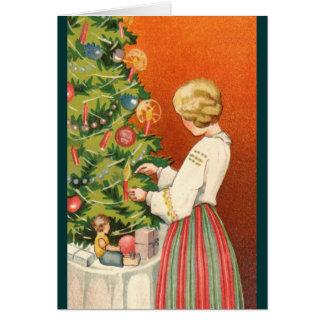 Tarjeta Chica estonio en el árbol de navidad