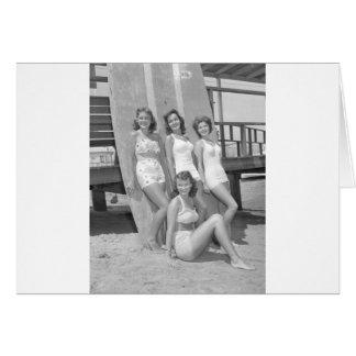 Tarjeta chicas de la persona que practica surf del vintage