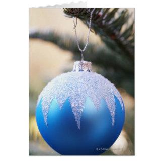 Tarjeta Chuchería azul en el árbol de navidad, cierre para