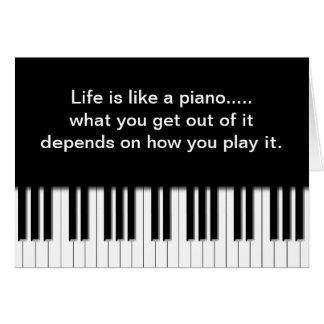 Tarjeta con cita - el piano cierra el teclado