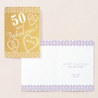 Tarjeta Con Relieve Metalizado 50 y corazón fabuloso del cumpleaños del oro