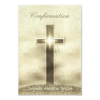 Tarjeta Cruz del oro de la confirmación en la colina