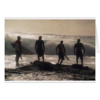 Tarjeta Cuatro personas que practica surf