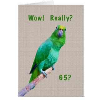 Tarjeta Cumpleaños, 65.o, loro verde del Macaw en un