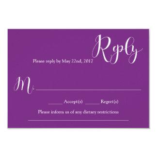 Tarjeta de contestación púrpura del boda