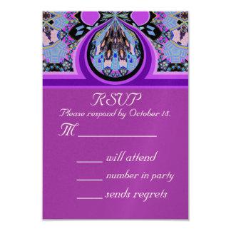 Tarjeta de contestación violeta de la invitación
