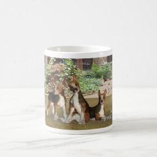 Tarjeta de cumpleaños de los perritos del beagle tazas de café