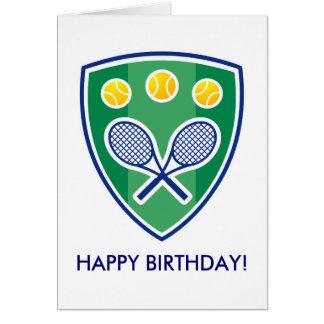 Tarjeta de cumpleaños del tenis con la insignia de
