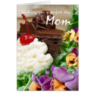 Tarjeta de cumpleaños para la mamá con la torta y