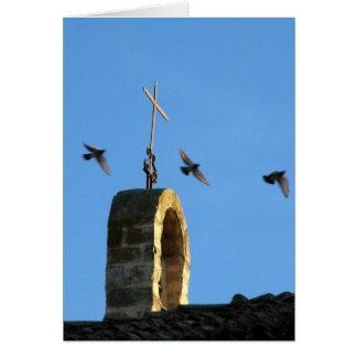 Tarjeta de la cruz y de tres pájaros