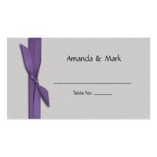 Tarjeta de plata del lugar con la cinta púrpura tarjeta de visita