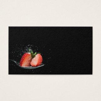 Tarjeta De Visita Fresa sabrosa en una cuchara con el azúcar